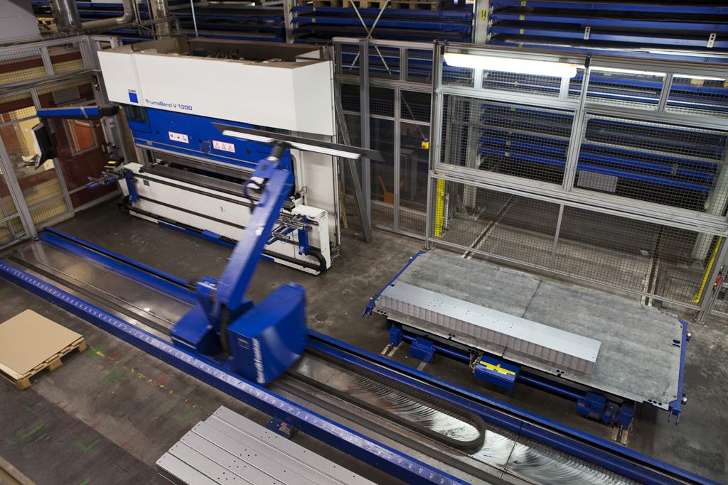 Vi kan erbjuda både manuell kantpressning och robotiserad bockning